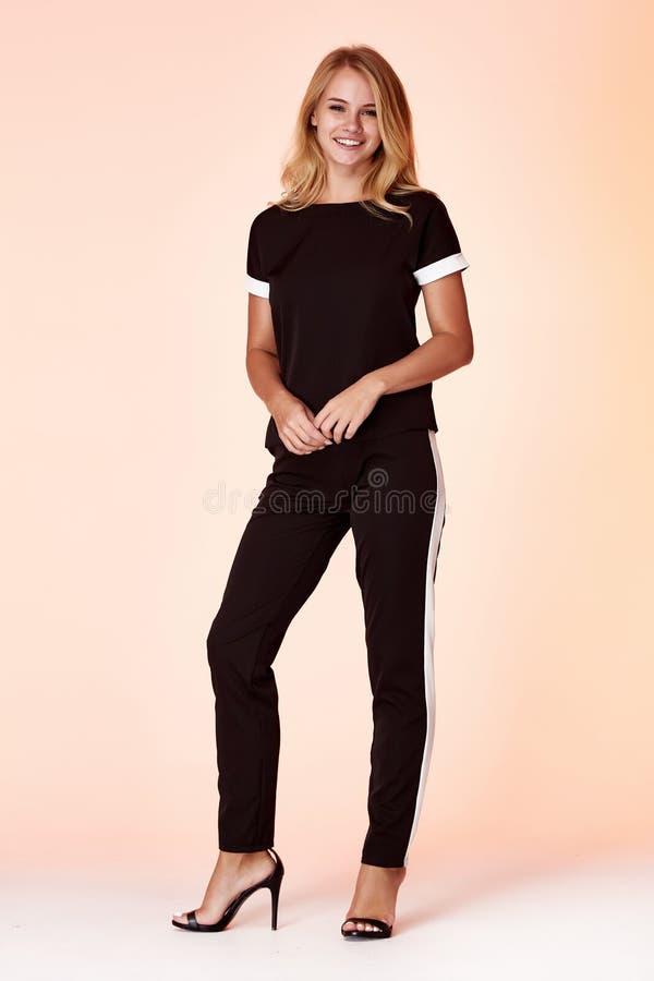 Piękno kobiety odzieży seksowna elegancka przypadkowa odzież dla spotykać spacer jedwabniczej bluzki spodń szpilek bawełnianych b fotografia royalty free