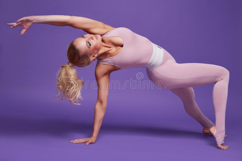 Piękno kobiety sporta joga pilates sprawności fizycznej ciała seksowny kształt odziewa obrazy stock