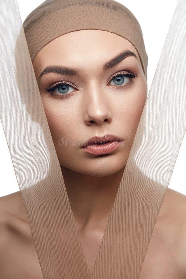 Piękno kobiety twarz Z Parzysty, równy skóry brzmienia podstawą fotografia stock