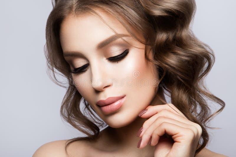 Piękno kobiety twarzy portret Piękna wzorcowa dziewczyna z Perfect Świeżą Czystą skórą fotografia stock