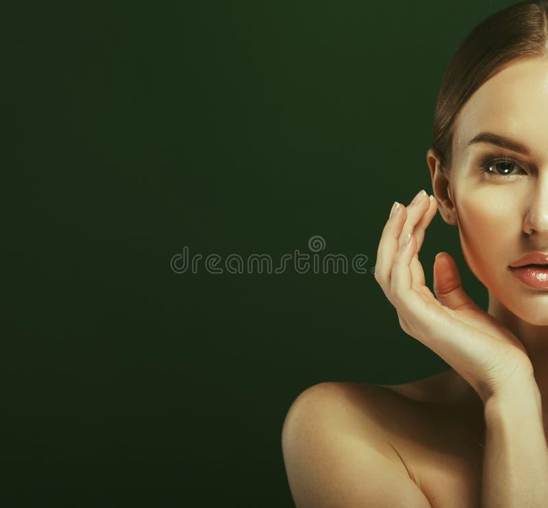 Piękno kobiety twarzy portret Piękna wzorcowa dziewczyna z Perfect Świeżymi Czystymi kolor skóry warg menchiami Nad zielonym tłem obraz royalty free