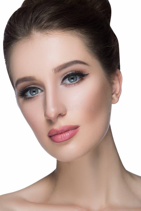 Piękno kobiety twarzy portret Piękna zdroju modela dziewczyna z perfect świeżą czystą skórą Brunetki żeńska patrzeje kamera obraz royalty free