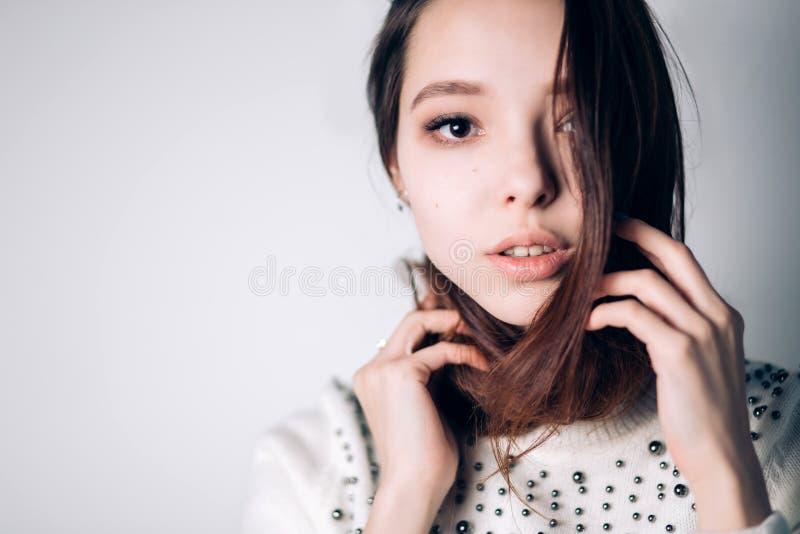 Piękno kobiety twarzy portret Piękna zdroju modela dziewczyna z perfect świeżą czystą skórą kamery kobiety target601_0_ Młodości  obraz royalty free