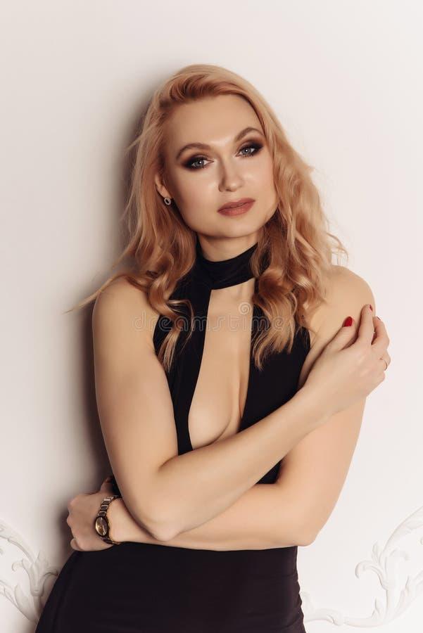 Piękno kobiety twarzy portreta zdroju modela Piękna dziewczyna z Perfect Świeżą Czystą skórą Blondynki wzorcowej przyglądającej k fotografia royalty free