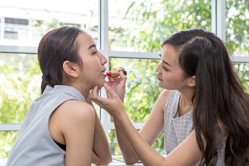 Piękno kobiety wp8lywy pomadka, dziewczyna przyjaciele pomaga z makijażem zdjęcie stock
