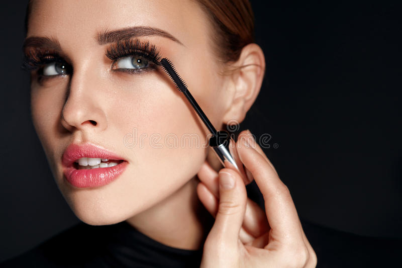 Piękno kosmetyki Kobieta Stawia Czarnego tusz do rzęs Na Długich rzęsach zdjęcie stock