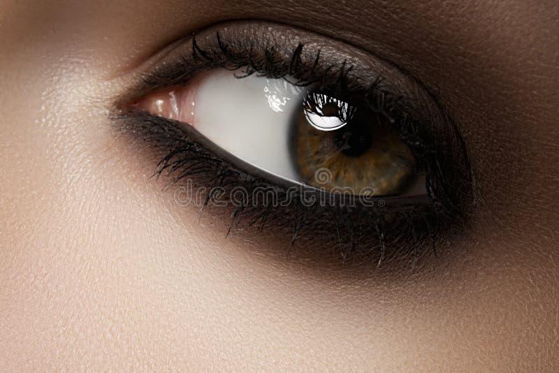 Piękno kosmetyki. Makro- mody dymiący oczu makijaż zdjęcia royalty free