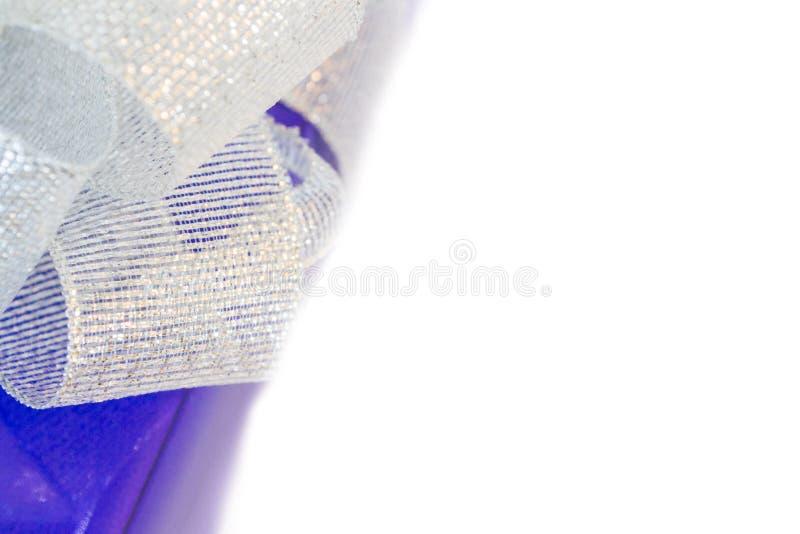 Piękno lily prezent z srebnym łękiem zdjęcia stock