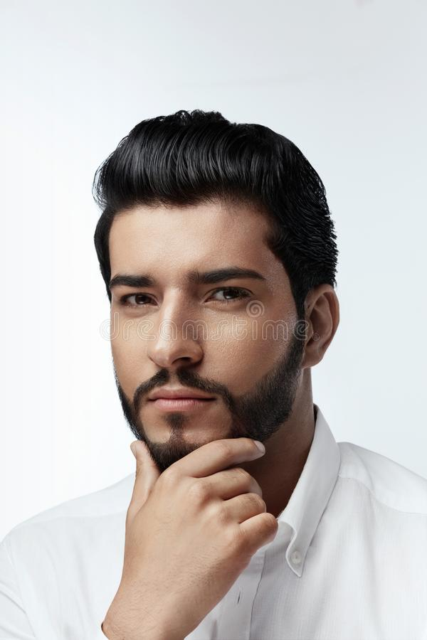 piękno Mężczyzna Z Włosianego stylu I brody portretem przystojny mężczyzna obrazy stock