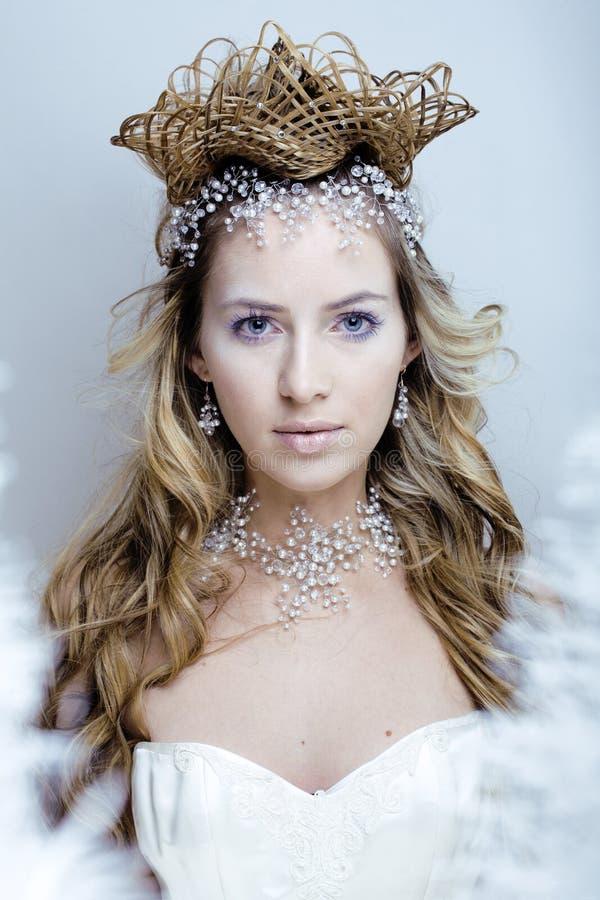 Piękno młoda śnieżna królowa z włosianą koroną na jej głowie, komplikuje fryzurę, zimy pojęcie fotografia stock