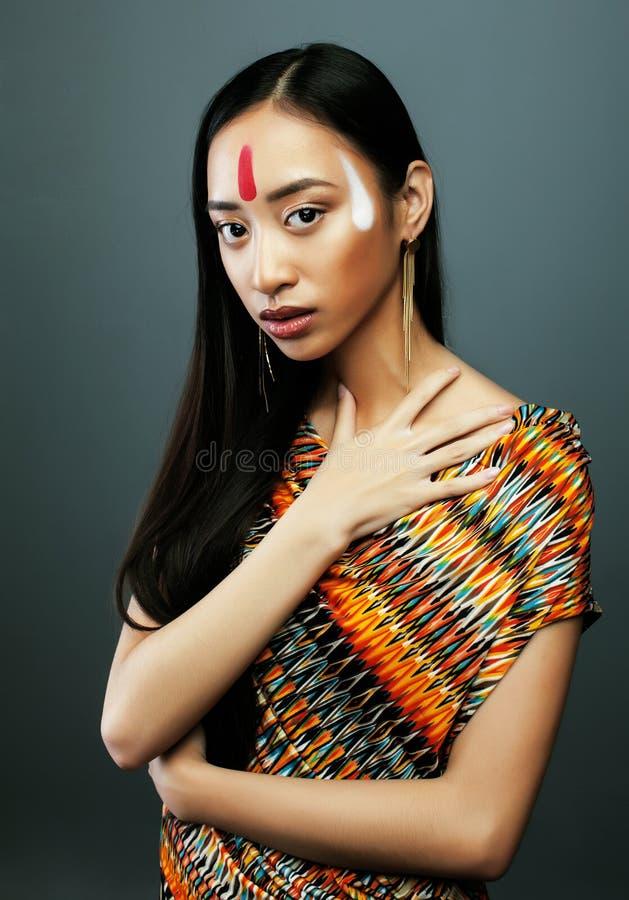 Piękno młoda azjatykcia dziewczyna z uzupełniał jak Pocahontas, czerwony hindus obraz stock