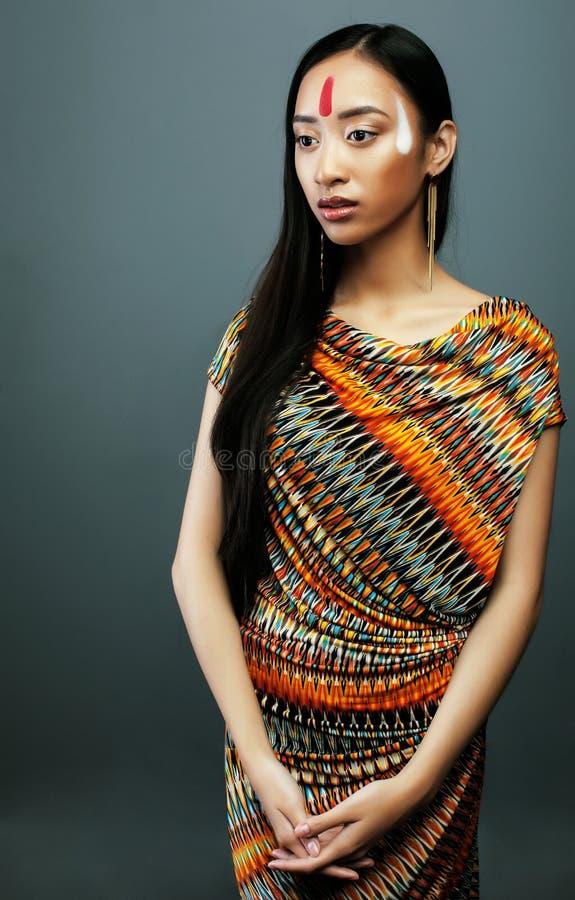 Piękno młoda azjatykcia dziewczyna z uzupełniał jak Pocahontas, czerwony hindus fotografia royalty free