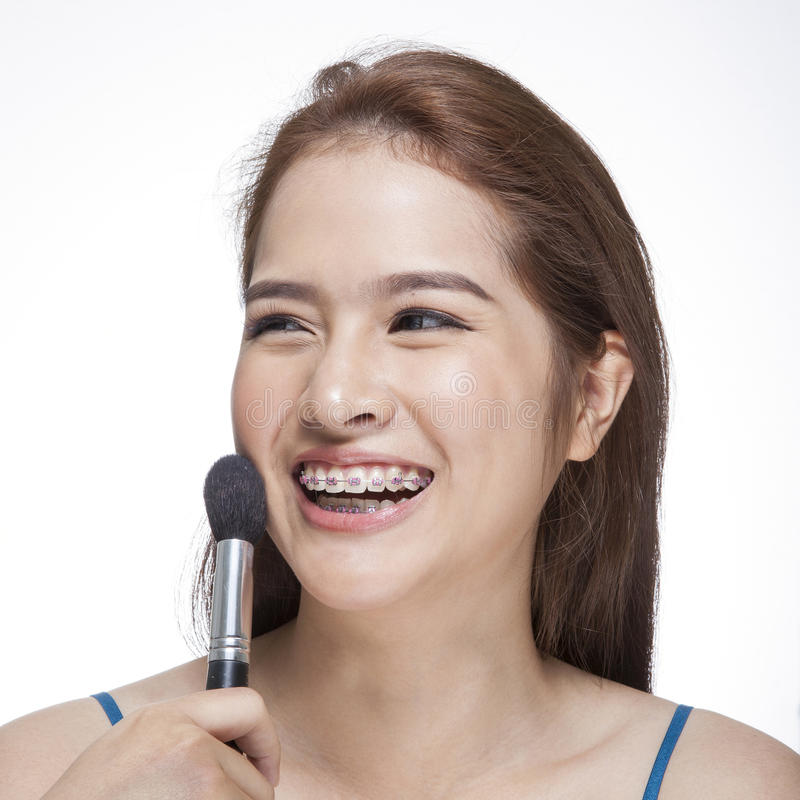 Piękno młoda kobieta jej stosuje blusher zdjęcia royalty free