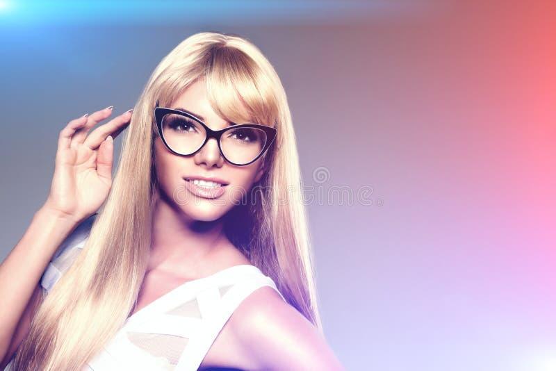 Piękno młoda kobieta, luksusu długi blondyn w szkłach Ostrzyżenie, zdjęcie stock