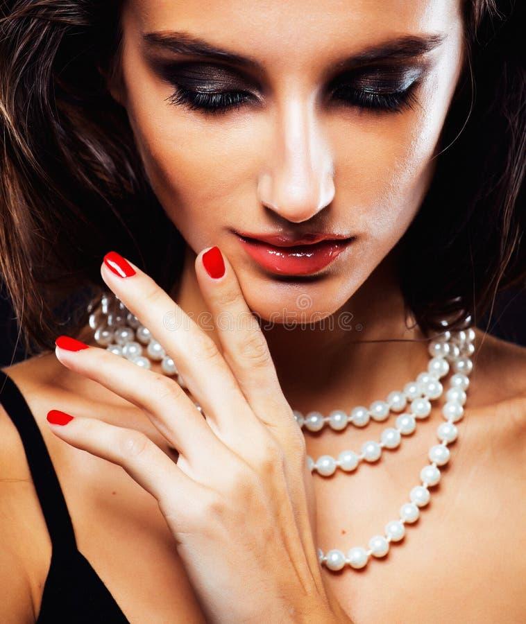 Piękno młoda kobieta z jewellery zakończeniem up, luksusowy portret bogata istna dziewczyna, partyjny makeup obraz stock