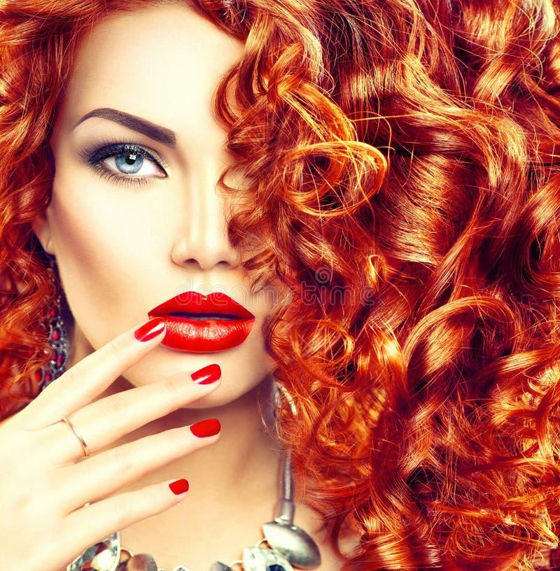 Piękno młoda kobieta z kędzierzawym czerwonym włosy obraz stock