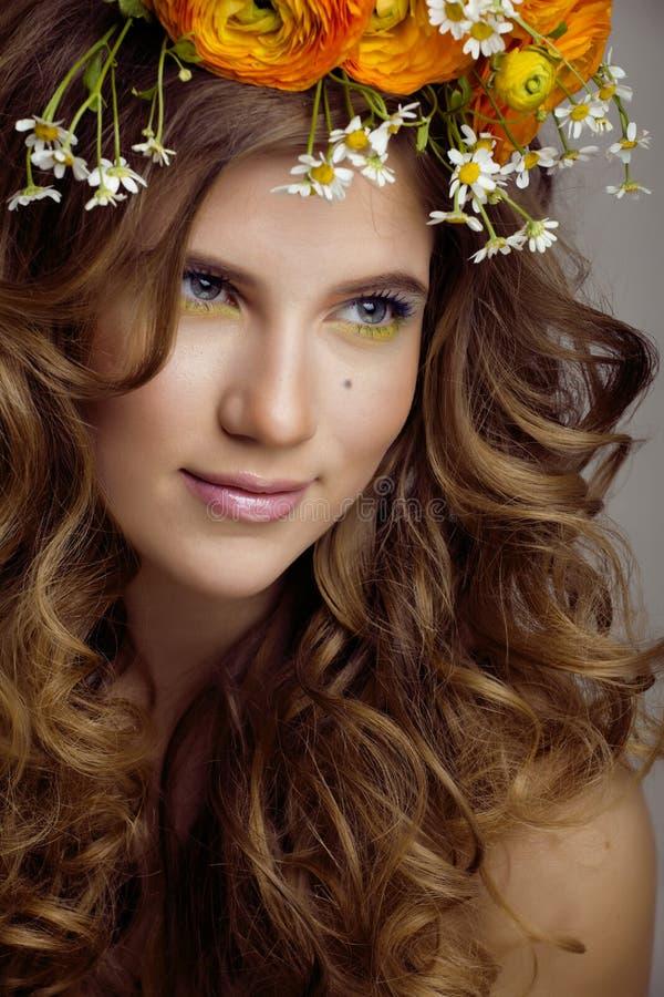 Piękno młoda kobieta z kwiatami i uzupełniał zakończenie zdjęcia stock