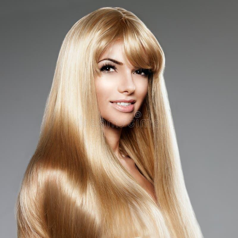 Piękno młoda kobieta z luksusowym długim blondynem Ostrzyżenie z obrazy royalty free