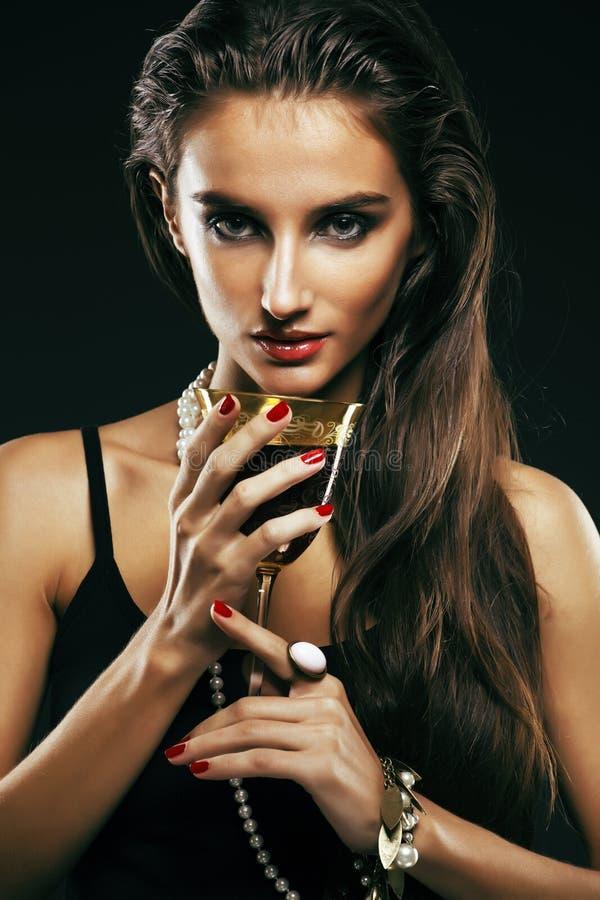 Piękno młoda sencual kobieta z jewellery zakończeniem up pozuje o zdjęcia stock