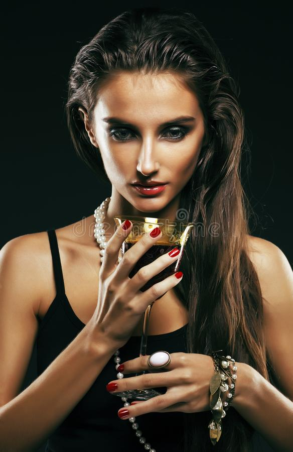 Piękno młoda sencual seksowna kobieta z jewellery zakończeniem up pozuje o zdjęcia royalty free