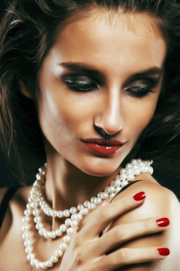 Piękno młoda sencual seksowna kobieta z jewellery zakończeniem up pozuje o obrazy royalty free