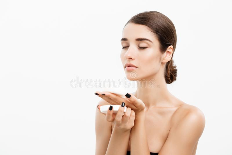 Piękno młodości skóry opieki pojęcie - Piękny Kaukaski kobiety twarzy portret uśmiecha się kremowego słój dla i trzyma ciała i sk zdjęcia stock