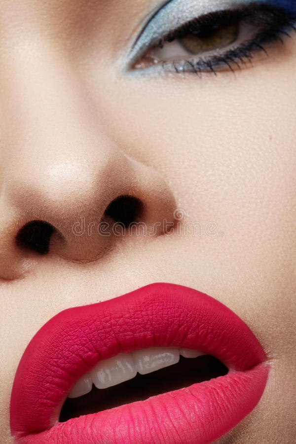 Piękno makro- seksowna kobieta z jaskrawym warga makijażem, czyści twarzy skórę fotografia royalty free
