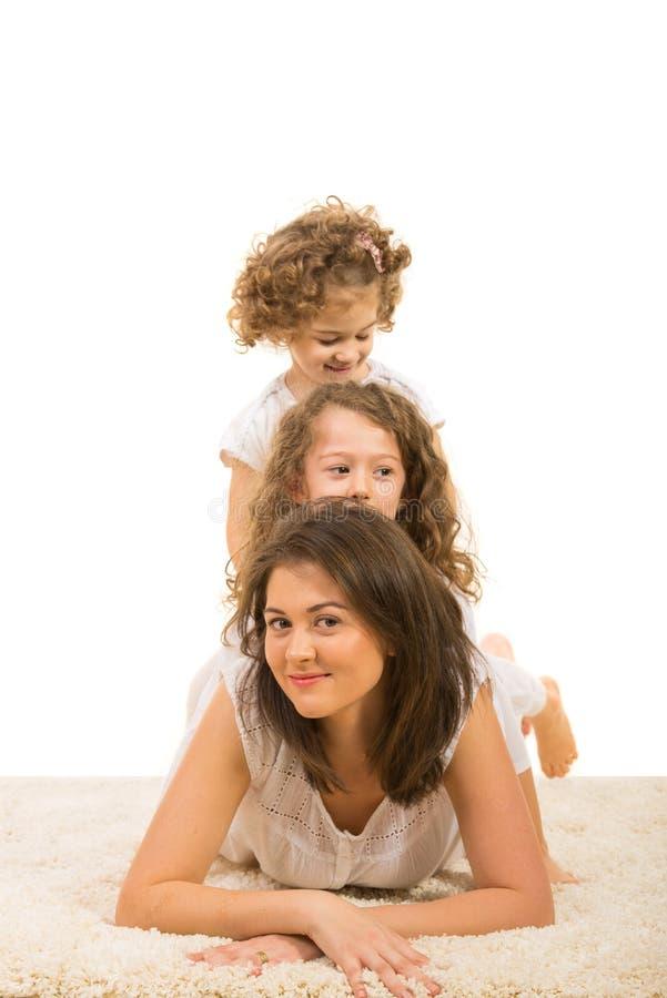 Piękno matka z dziewczynami na odgórnym each inny zdjęcie royalty free