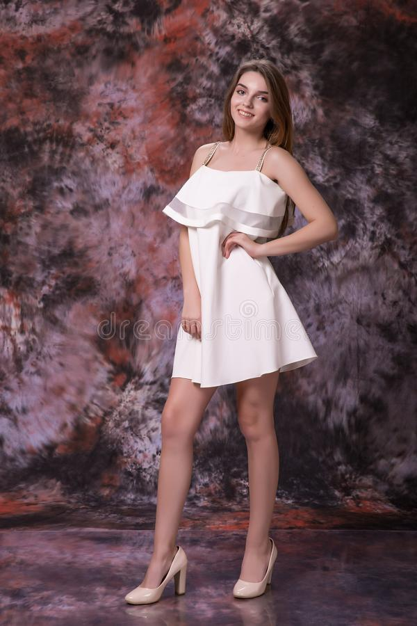 Piękno, moda i szczęśliwi ludzie pojęć, - młoda kobieta w biel szpilkach i sukni obraz stock