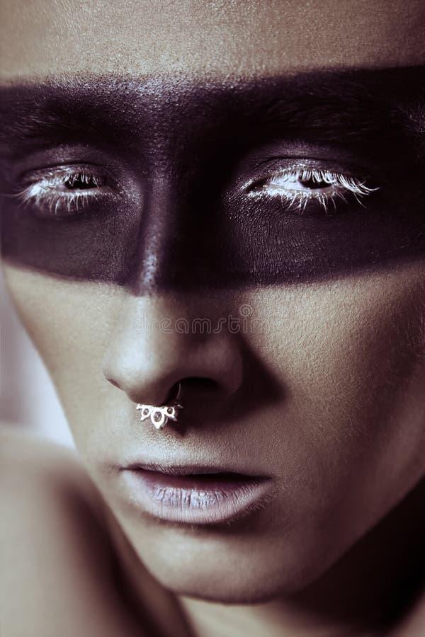 Piękno moda strzelał młody człowiek z nosów pierścionkami i czarną linii pasek rzęsą makeup i białej Męski piękno portret fotografia royalty free