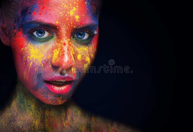 Piękno model z kolorowym proszkiem uzupełniał zdjęcie royalty free