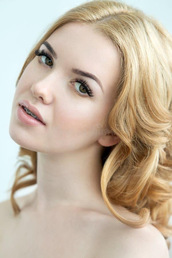 Piękno model z Perfect Świeżą skórą, Długimi rzęsami i zębami, obrazy royalty free
