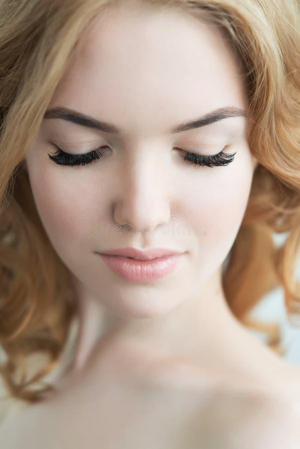 Piękno model z Perfect Świeżą skórą i Długimi rzęsami zdjęcia stock