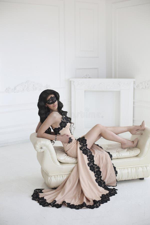 Piękno mody brunetki elegancki model w eleganckiej sukni z lonem fotografia stock