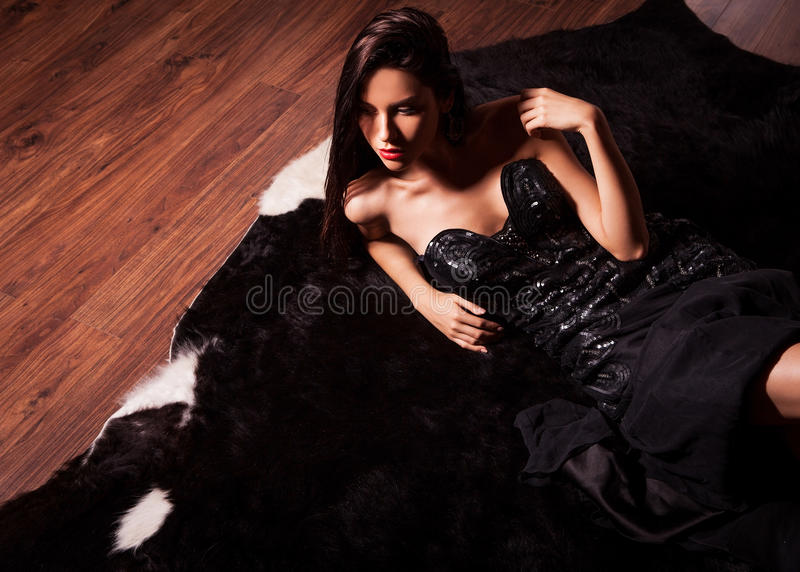 Piękno mody kobiet portret Wzorcowa poza w luksus sukni na czarnym futerku obraz royalty free