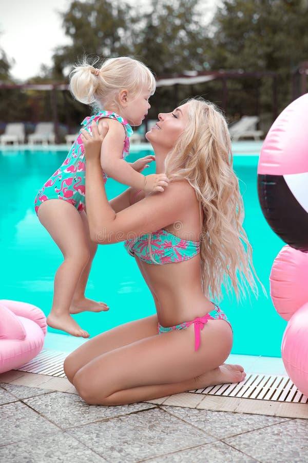Piękno mody matka z córki rodzinnym spojrzeniem piękne blond zdjęcia royalty free
