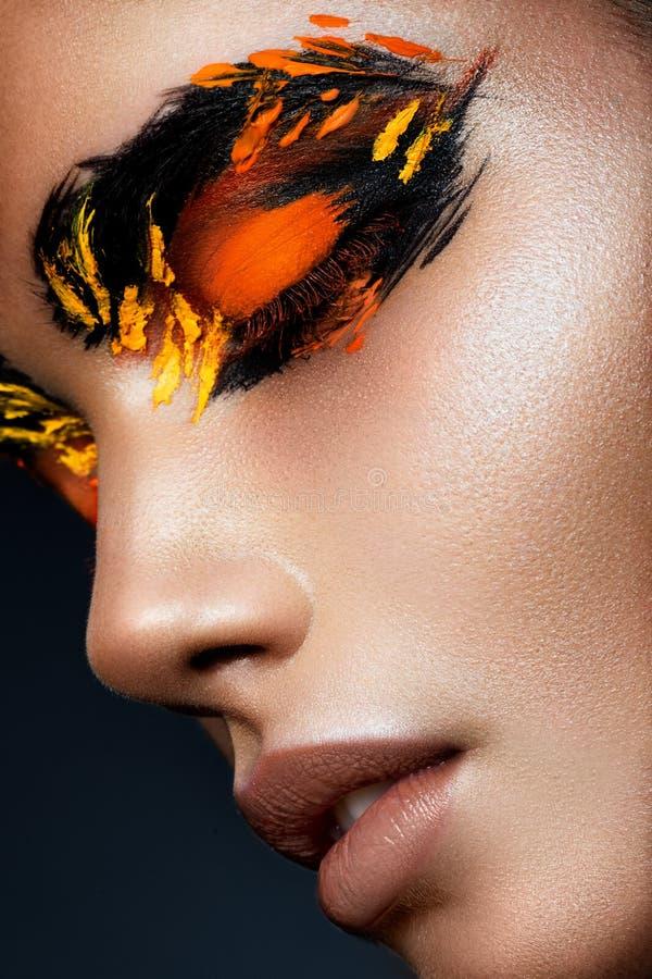 Piękno mody modela dziewczyna z ciemną jaskrawą pomarańcze zdjęcie stock