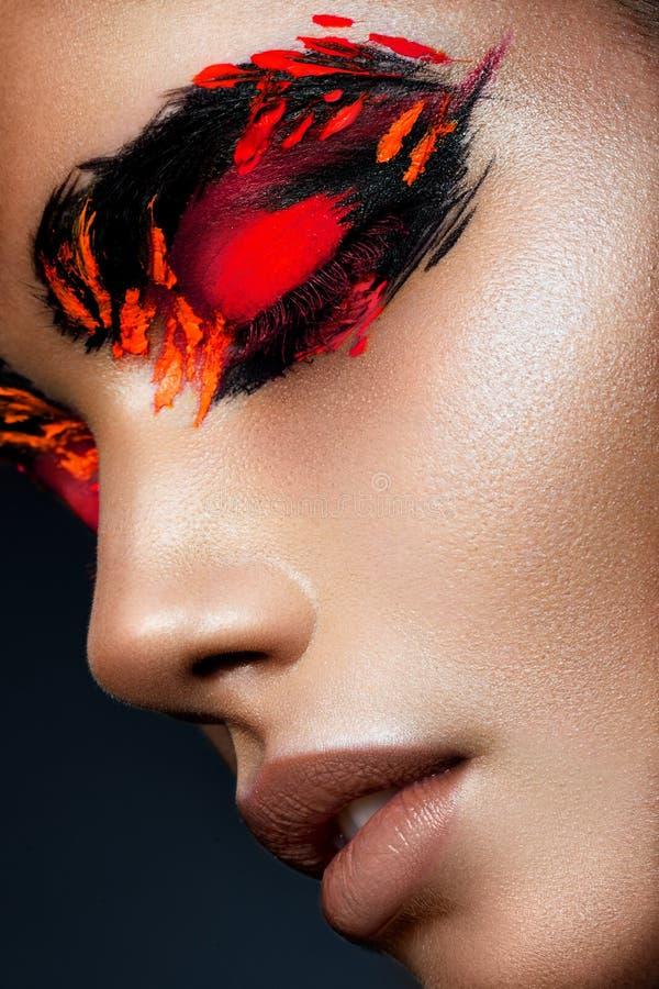 Piękno mody modela dziewczyna z ciemnym jaskrawym pomarańczowym makijażem obrazy royalty free