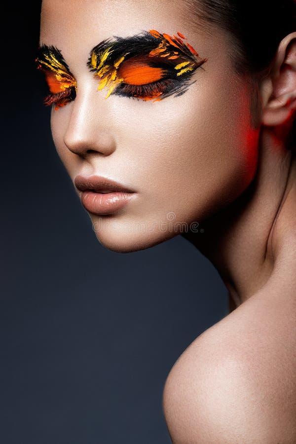 Piękno mody modela dziewczyna z ciemnym jaskrawym pomarańczowym makijażem zdjęcie royalty free
