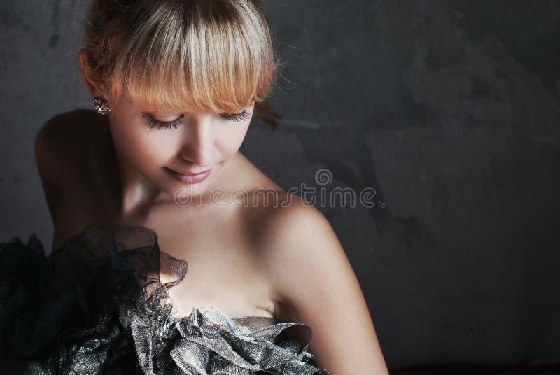 Piękno mody modela kobieta z Fringle fryzurą piękna blondynka dziewczyna zdjęcia stock