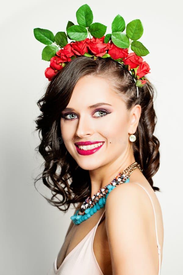 Piękno mody modela kobieta z Kędzierzawą fryzurą obrazy royalty free