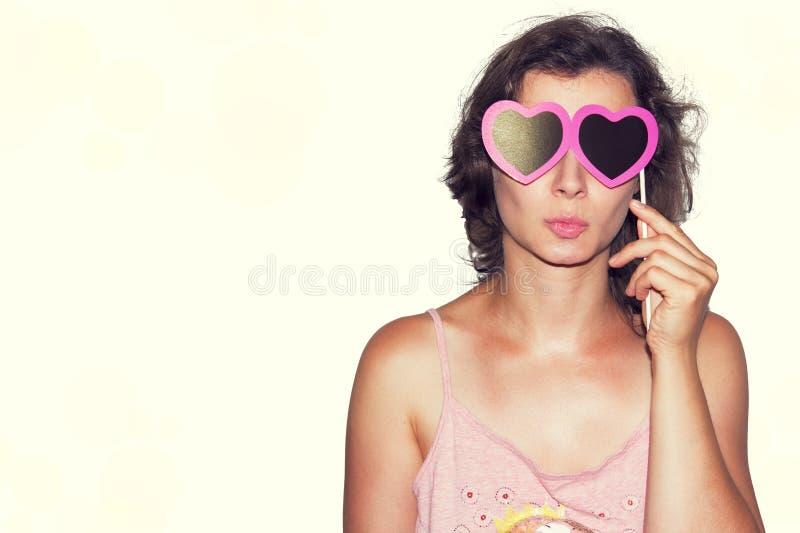 Piękno mody modela Młoda dziewczyna z walentynki serca papieru szkłami Miłość Walentynka dnia prezent pojedynczy białe tło zdjęcia stock