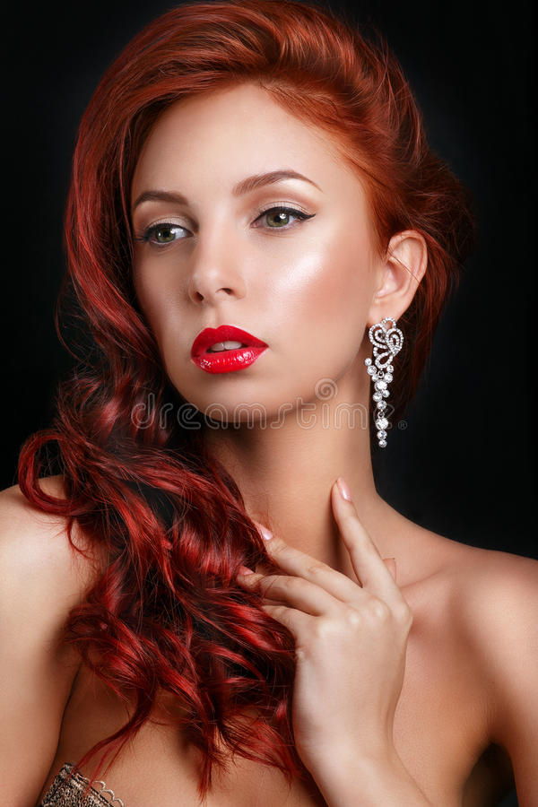 Piękno mody modela retro dziewczyna nad czarnym tłem portreta stylowa rocznika kobieta zdjęcie royalty free