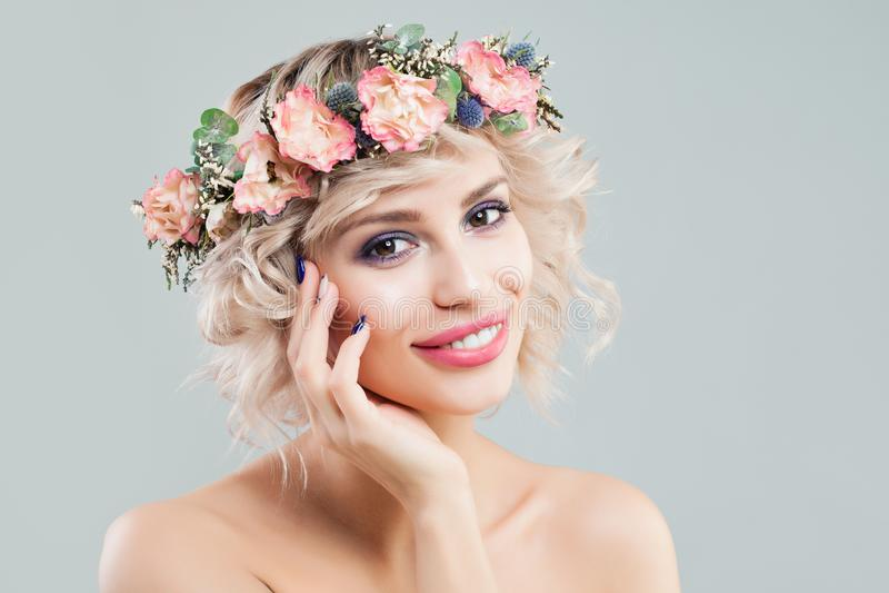 Piękno mody portret Piękna Wzorcowa kobieta z Kędzierzawym włosy, Makeup i kwiat koroną, zdjęcie royalty free