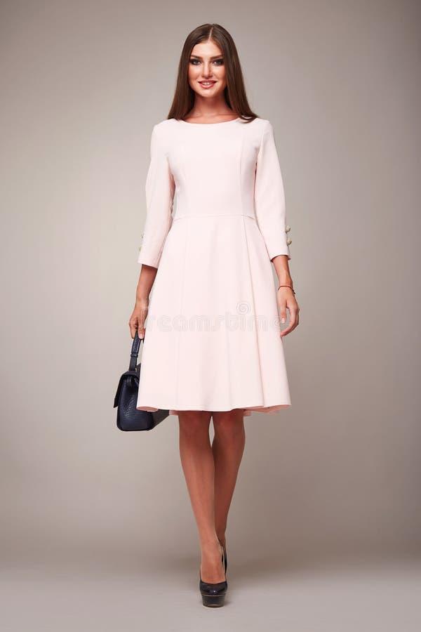 Piękno mody ubrań kobiety modela przypadkowa inkasowa brunetka fotografia royalty free