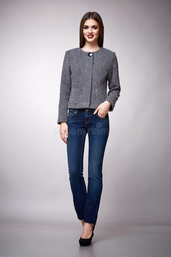 Piękno mody ubrań kobiety modela przypadkowa inkasowa brunetka zdjęcie stock