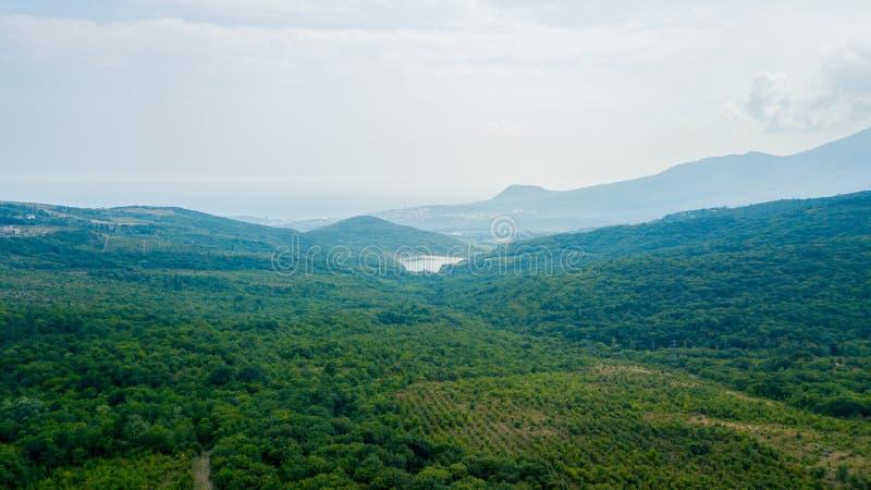 Piękno natury krajobraz Crimea z drzewnym lasem, drogi, horyzontalna fotografia obrazy royalty free