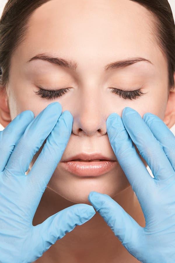Piękno perfect kobiety ręki twarzy dziewczyny traktowanie naturalny kosmetologii uwadnianie czysty obrazy stock