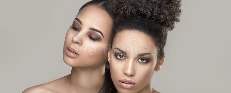 Piękno portret dwa amerykanin afrykańskiego pochodzenia dziewczyny zdjęcie royalty free