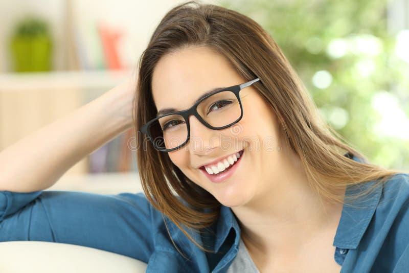 Piękno portret kobieta jest ubranym eyeglasses fotografia stock